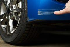 Peignez l'éraflure sur la voiture photos stock