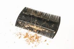 Peignez la brosse avec les cheveux et les pellicules perdus - concept de calvitie images stock