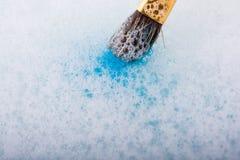 Peignez la dissolution comme la brosse de peinture touche l'eau Photographie stock