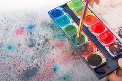 Peignez la dissolution comme la brosse de peinture touche l'eau Images libres de droits