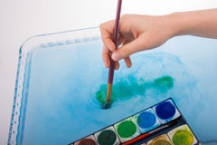 Peignez la dissolution comme la brosse de peinture touche l'eau Photos stock