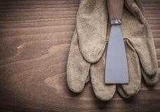 Peignez le grattoir sur le gant de sécurité Photos libres de droits