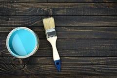 Peignez le seau et le balayez sur la table photo stock