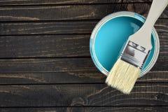 Peignez le seau et le balayez sur la table photographie stock