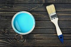 Peignez le seau et le balayez sur la table photos libres de droits