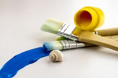 Peignez le tube et les brosses image stock