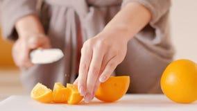 Peignoir de femme coupant la perte de poids saine orange banque de vidéos
