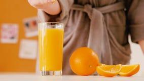 Peignoir de femme serrant le petit déjeuner en verre orange banque de vidéos