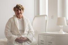 Peignoir de port de femme dans l'hôpital Images libres de droits
