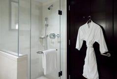 Peignoir et douche photos stock