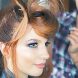Peinado de la manera la mujer con el palillo Salón del pelo foto de archivo