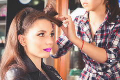 Peinado de la manera la mujer con el palillo Salón del pelo fotos de archivo libres de regalías