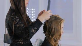 Peinado del acabamiento del peluquero para el cliente almacen de video