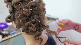 Peinado del acabamiento del peluquero para la muchacha adolescente almacen de metraje de vídeo