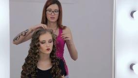 Peinado del acabamiento del peluquero para la muchacha adolescente almacen de video