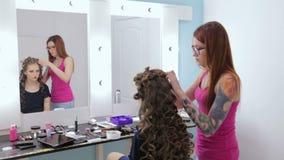 Peinado del acabamiento del peluquero para la muchacha adolescente metrajes