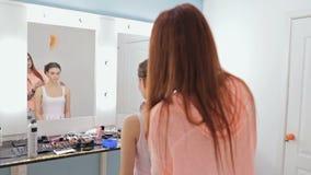 Peinado del acabamiento del peluquero para la mujer bonita joven almacen de metraje de vídeo