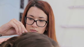 Peinado del acabamiento del peluquero para la mujer bonita joven metrajes