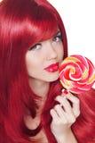 Peinado del colorante. Retrato de la muchacha de la belleza que lleva a cabo el lollip colorido Imagenes de archivo