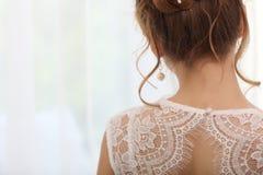 Peinado elegante de la boda blanda con los accesorios La novia morena elegante que retrocede con recogido encima de hace el pelo  Imágenes de archivo libres de regalías