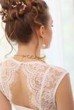 Peinado elegante de la boda blanda con los accesorios La novia morena elegante que retrocede con recogido encima de hace el pelo  Imagenes de archivo
