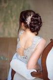 Peinado elegante femenino para la boda, vista posterior irreconocible de la boda fotografía de archivo