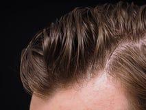 Peinado en la persona masculina con el pelo marrón Imagen de archivo libre de regalías
