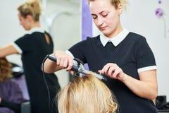 Peinado en salón de belleza peluquero que hace tocado con el rizo al wonam Fotografía de archivo