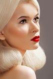 Peinado moderno en modelo de la belleza y maquillaje de la manera Fotografía de archivo libre de regalías