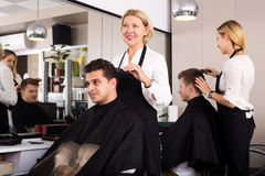 Peinado que hace femenino maduro para el hombre adulto Imagen de archivo