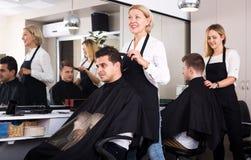 Peinado que hace femenino maduro para el hombre adulto Imagenes de archivo