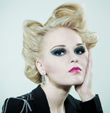 Peinado y maquillaje creativos de la manera de la mujer Foto de archivo