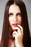 Peinado y maquillaje. Modelo con el pelo largo brillante Imagenes de archivo