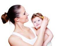 Peinar el pelo del bebé Fotos de archivo