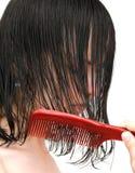 Peinar el pelo mojado Imagenes de archivo