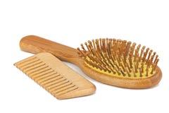 Peine de bambú de madera para el cuidado del cabello en blanco Imagen de archivo libre de regalías