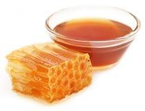 Peine de la miel con la miel en un bol de vidrio Foto de archivo
