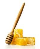 Peine de la miel con un cazo de madera Foto de archivo libre de regalías