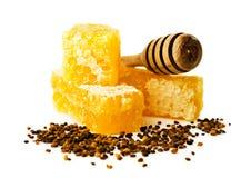 Peine de la miel con un cazo y un polen de madera Imagen de archivo libre de regalías