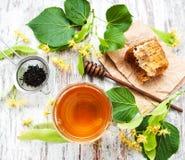 Peine de la miel, té y flores del tilo Fotos de archivo