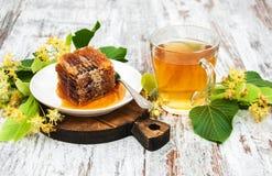 Peine de la miel, té y flores del tilo Imagen de archivo libre de regalías