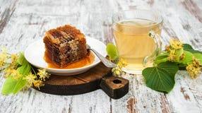 Peine de la miel, té y flores del tilo Fotografía de archivo