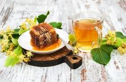 Peine de la miel, té y flores del tilo Foto de archivo libre de regalías