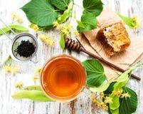 Peine de la miel, té y flores del tilo Imagenes de archivo