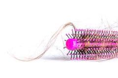 Peine el pelo con los penachos, paquete del pelo, porciones de pelo en el cierre del cepillo para el pelo para arriba en un blanc Fotos de archivo