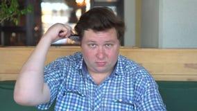 Peine gordo joven del hombre su pelo cuidados hermosos del hombre para sí mismo metrajes