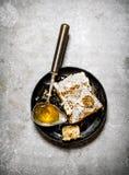 Peine natural de la miel con una cuchara del vintage Foto de archivo libre de regalías