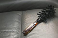 Peine redondo negro del pelo rizado foto de archivo