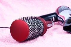 Peine y hairdryer redondos rojos Fotos de archivo libres de regalías
