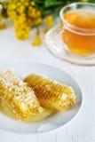 Peines de la miel con la miel y el té Fotografía de archivo libre de regalías